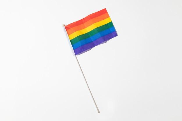 Regenbogenflagge der lgtbi-gemeinde mit hartem schatten auf weißem hintergrund. pride-day-konzept