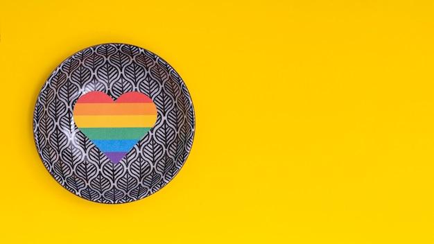 Regenbogenherz auf gemalter untertasse als zeichen von lgbt