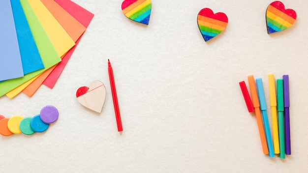 Regenbogenherz mit filzstiften und farbigem papier
