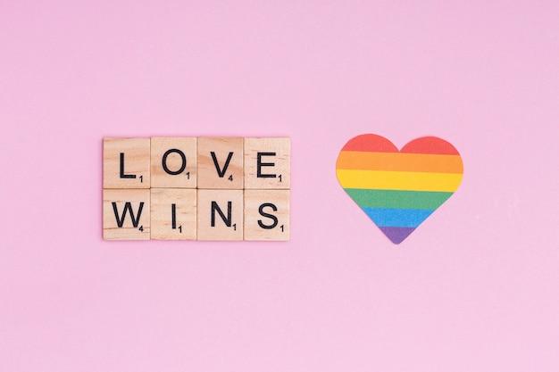 Regenbogenherz und lgbt-slogan love wins