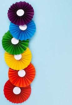 Regenbogenpapier-origami im kopierraum
