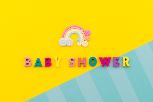 Regenbogenpastellfarbbogen auf gelbem hintergrund. babypartyhintergrund