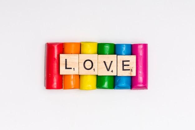 Regenbogenstücke plasticine mit zeichen liebe