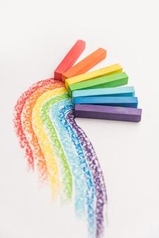 Regenbogenverlauf aus pastellkreidekreide über den bunten spuren