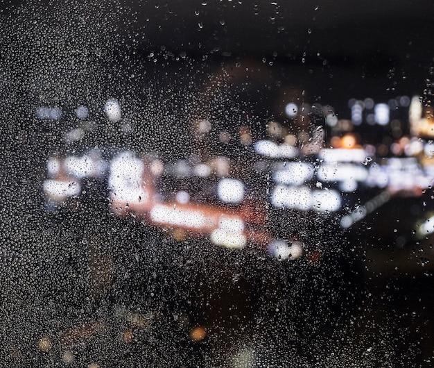 Regeneffekt auf nachthintergrund