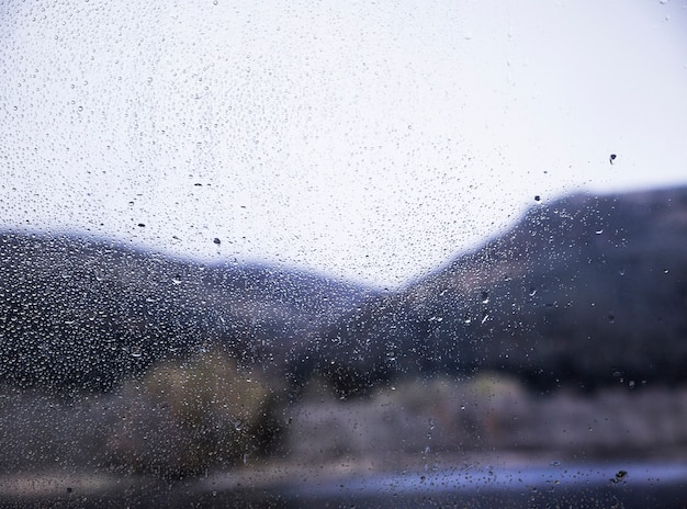 Regeneffekt auf naturhintergrund