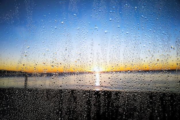 Regeneffekt auf sonnenunterganghintergrund