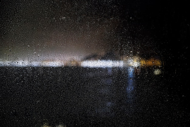 Regeneffekt auf stadtnachthintergrund