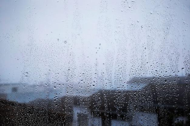 Regeneffekt auf strandhintergrund