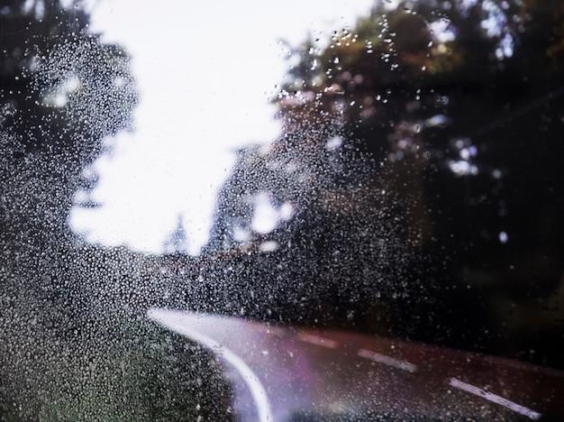 Regeneffekt auf straßenhintergrund