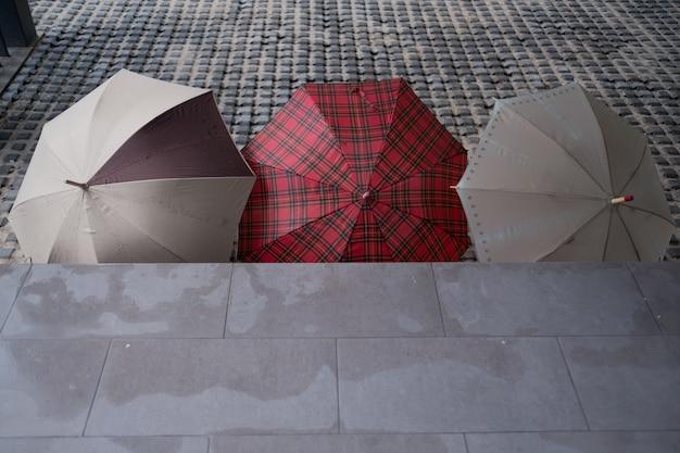 Regenschirm am boden