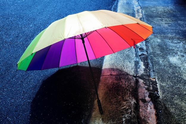 Regenschirm an einem regnerischen tag, lomography