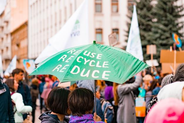 Regenschirm des aktivisten mit umweltbotschaft