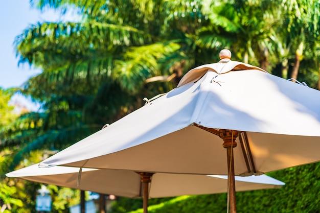 Regenschirm mit kokosnusspalme und himmelhintergrund