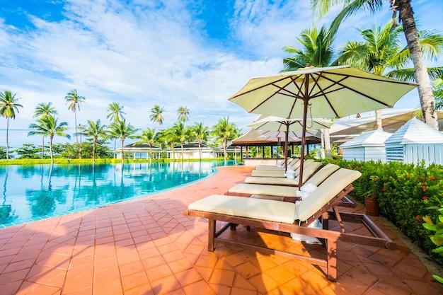 Regenschirm und hängematten in einem pool