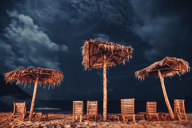 Regenschirm und liegestuhl flasche strand phangan insel