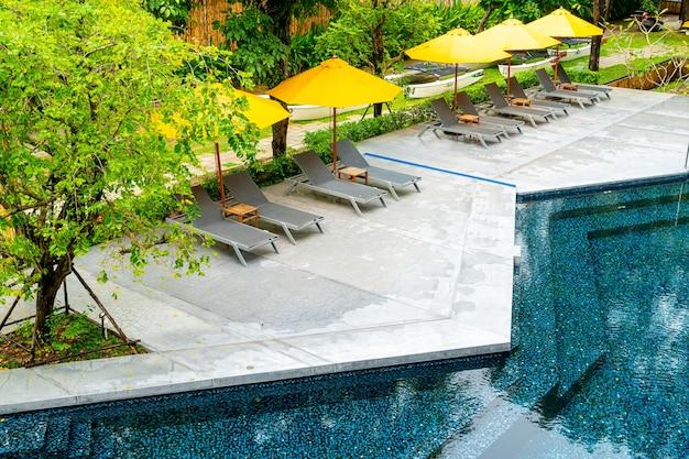 Regenschirm- und poolbettdekoration rund um den pool im hotelresort
