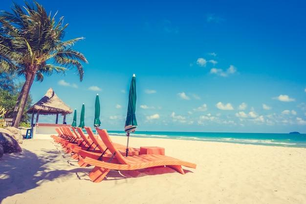 Regenschirm und stuhl am strand