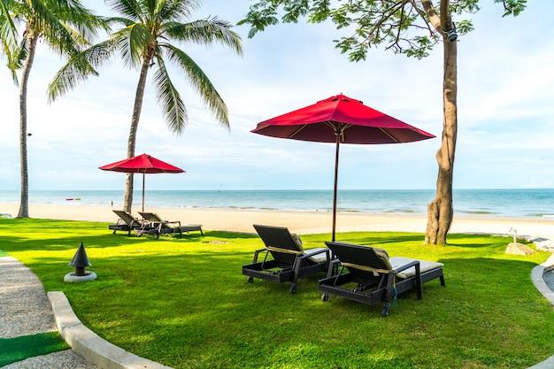 Regenschirm und stuhl mit meerblick im hotelresort für urlaubsreisekonzept