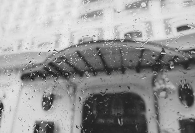 Regensturm-straßen-abstrakte unschärfe-schmutziges nieselregen-konzept