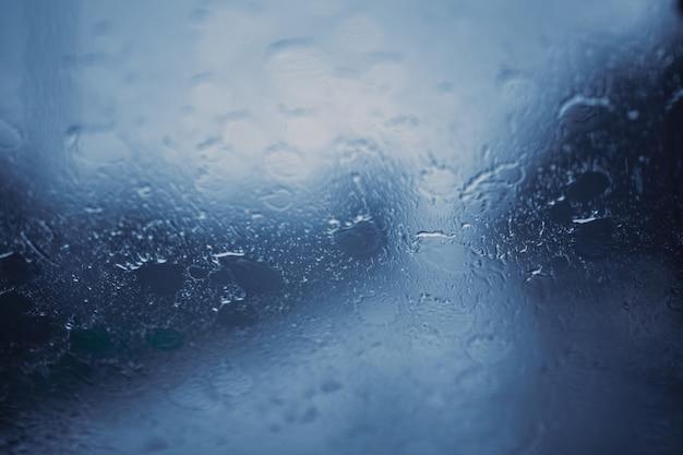 Regensturmwindschutzscheibe der regenzeit nasse spritzenunschärfe für hintergrund