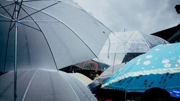 Regentag und regenschirm