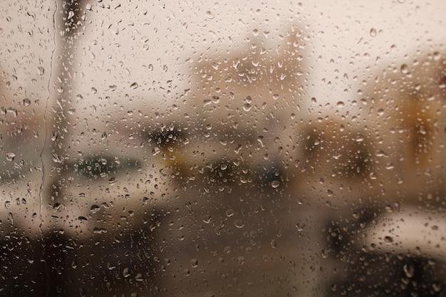 Regentropfen am fenster. wassertropfen vom regen fließen über das glas. niederschlag, tropfen, regen, wassertropfen.