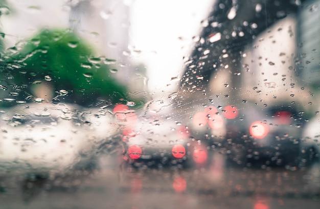 Regentropfen auf autoglas