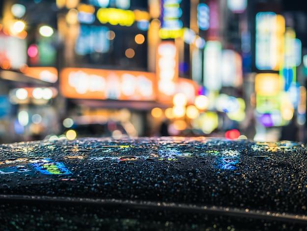 Regentropfen auf dem auto, nacht-bokeh-fotografie