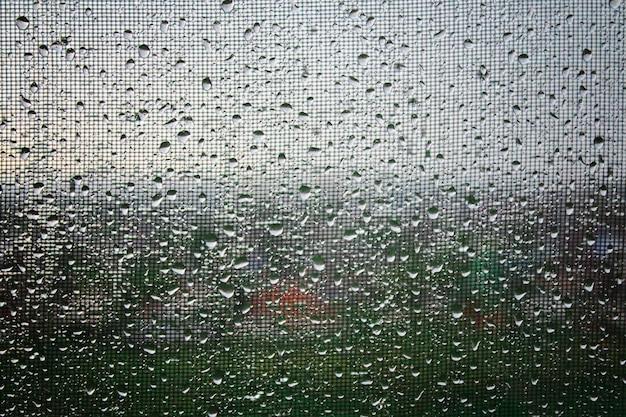 Regentropfen auf dem glas. regenwetter, bewölkt, regen, gewitter. fenster.