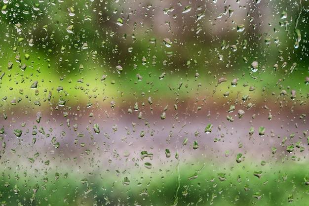 Regentropfen auf dem glas