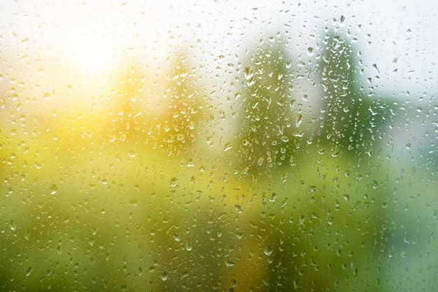 Regentropfen auf dem herbstfenster, städtisch