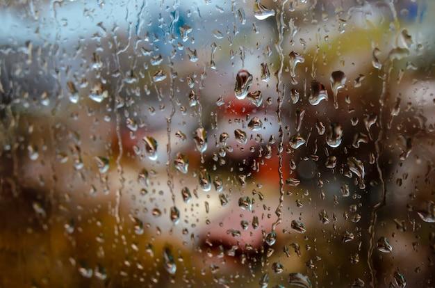 Regentropfen auf dem straßenfenster