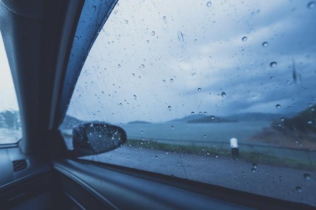 Regentropfen auf der autoglasscheibe