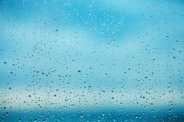 Regentropfen auf der transparenten fensterscheibe