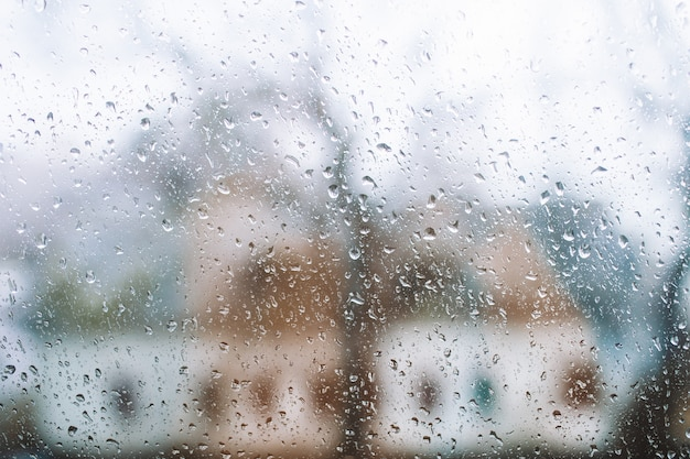 Regentropfen auf einem fensterhintergrund.