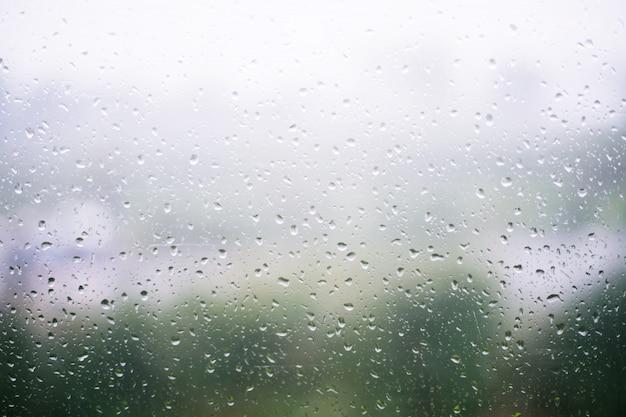Regentropfen auf fensterglas