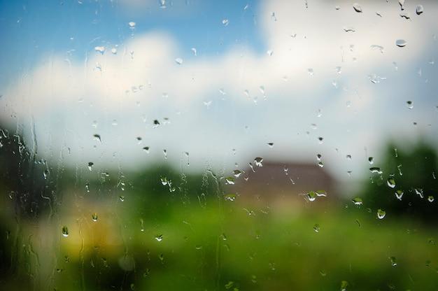 Regentropfen auf glas