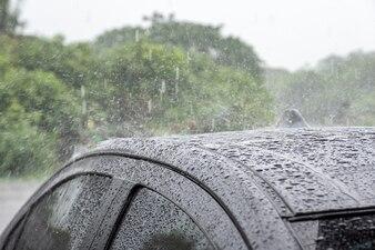 Regentropfen, der auf Dachauto fällt