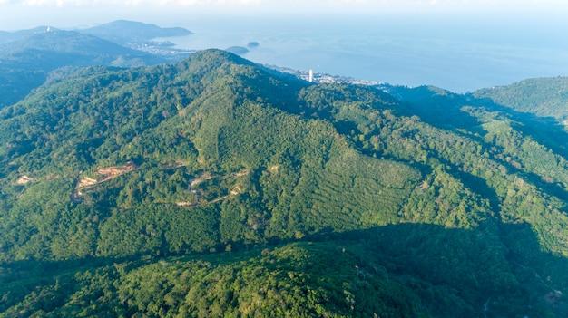 Regenwald auf hochgebirgsbild durch augenansicht des drohnenvogels