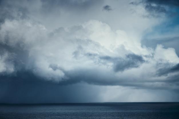 Regenwolke über dem meer. vor dem sturm. nordsee