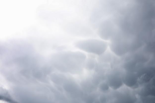 Regenwolken am himmel. graue dunkle wolken am himmel. sturmwolke