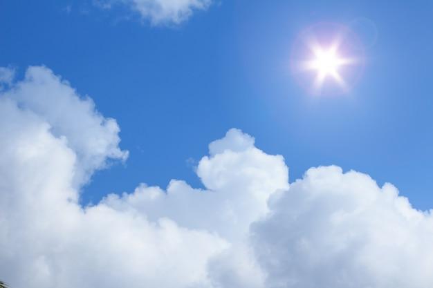 Regenwolken und blauer himmel