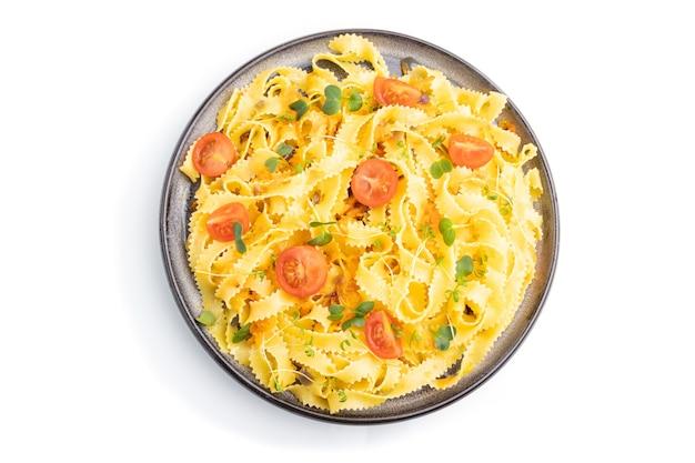 Reginelle grießnudeln mit tomaten, eiern und mikrogrünen sprossen