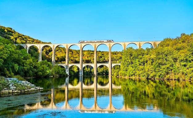 Regionalzug auf dem viadukt cize-bolozon über die ain-schlucht in frankreich