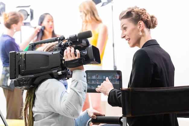 Regisseur, der am set einer videoproduktion für tv, fernsehen oder nachrichten kameramann oder szenenregie gibt