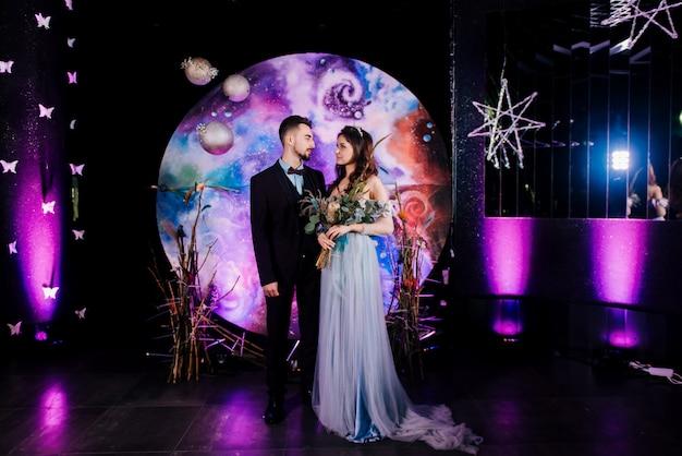 Registrierung der ehe stilvolle junge braut und bräutigam das konzept svadebnogo dekor im stil des raumes
