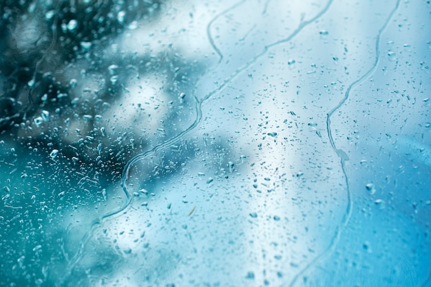 Regnen sie tropfen auf einem autofenster, abstrakter hintergrund