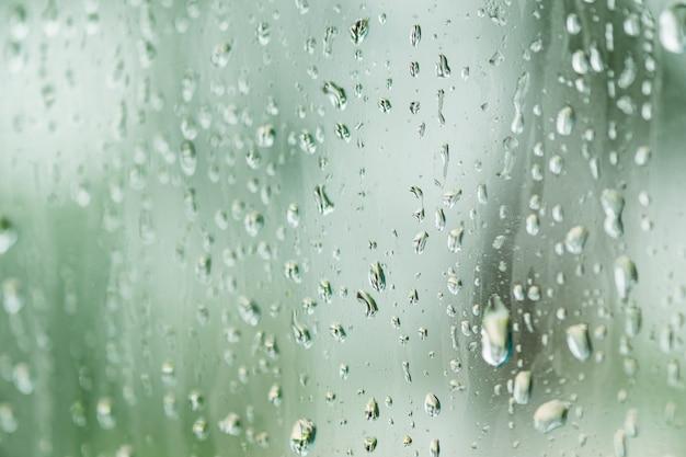 Regnen sie tropfen auf fensterglas für hintergrund und tapete