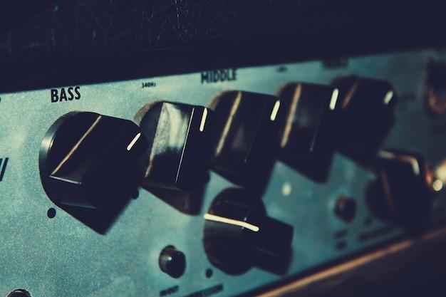 Regulatoren einer alten combo-nahaufnahme der gitarre in einem getönten vintage-stil